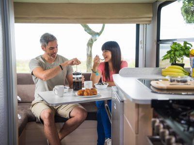 Camping Car Maui Cascade en Australie - Intérieur table